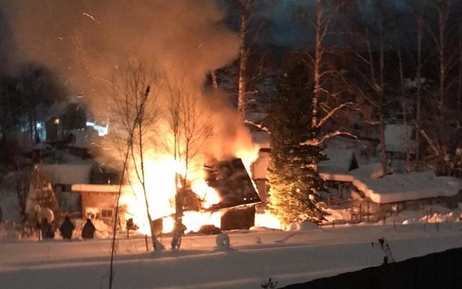 «На ребятишек падали горящие балки»: в пожаре на Лесной сгорел дом, дети остались без одежды