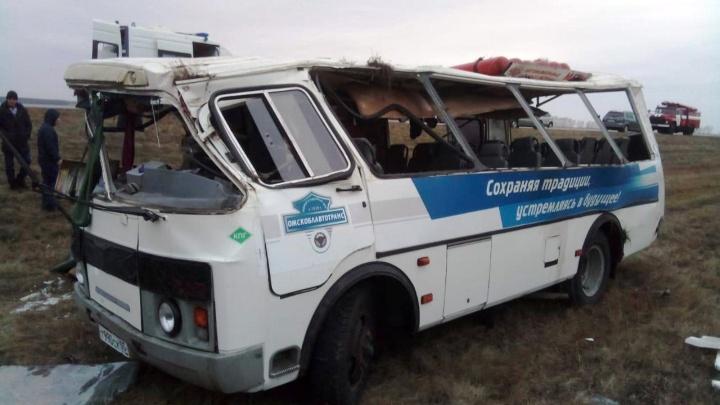 В Марьяновском районе автобус с восемью пассажирами опрокинулся в кювет