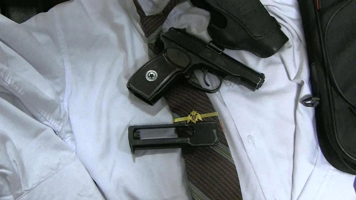 Для убедительности у одного из преступников был пистолет