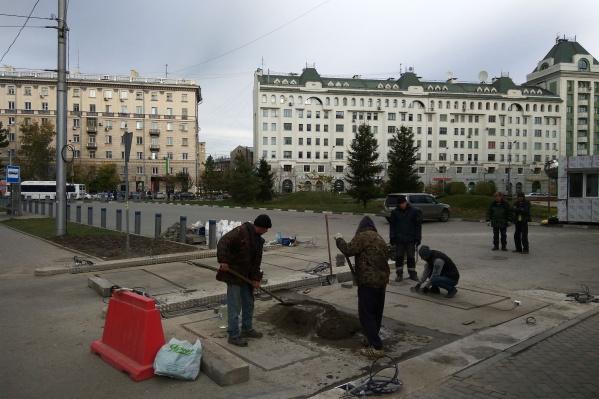 Новую платную парковку у сквера на Орджоникидзе должны были открыть ещё при Игоре Зимине в конце сентября, но она до сих пор не работает