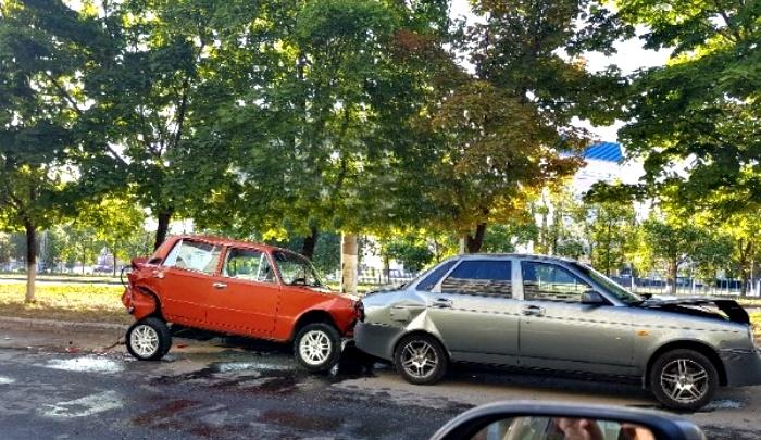 Ночью в Тольятти водитель-лихач протаранил припаркованные автомобили