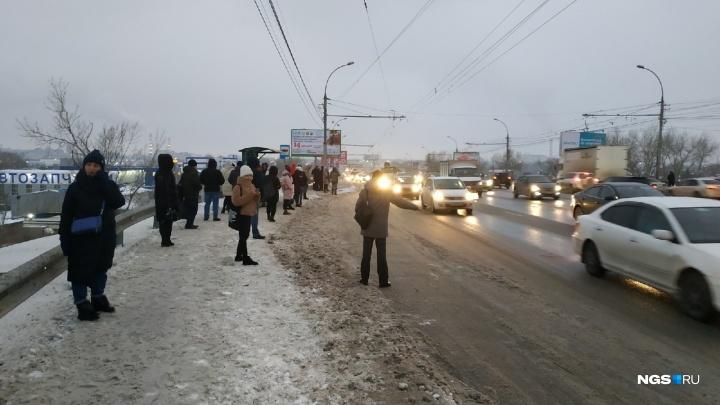 «В пробке четыре скорые»: на левом берегу Новосибирска произошёл транспортный коллапс
