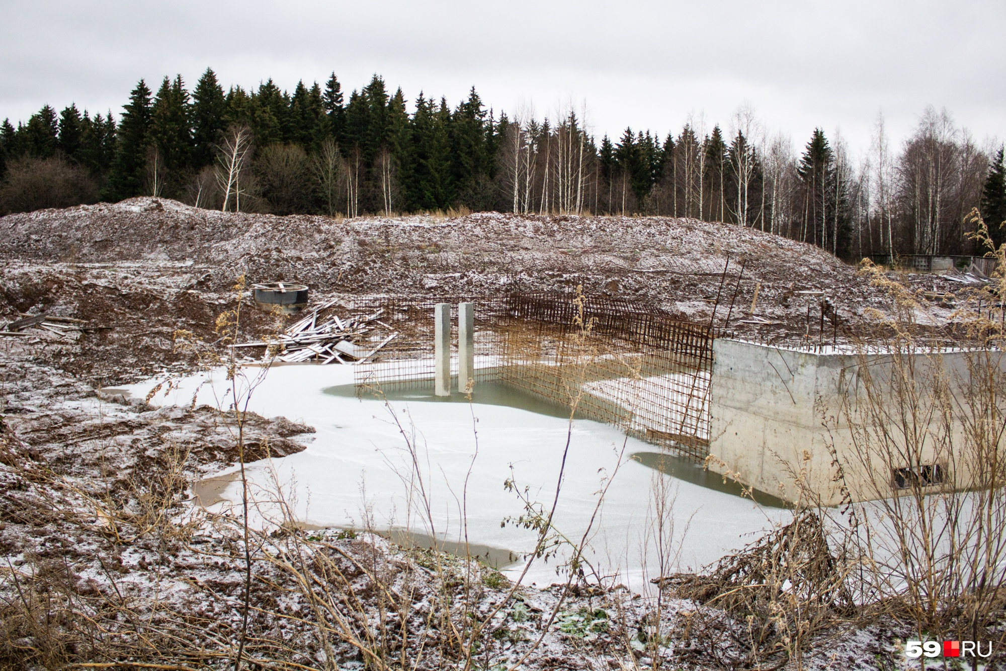 Тут за год изменилось одно — исчез механизм, стоявший посреди водоема
