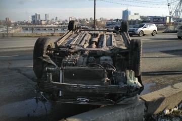 «Руки висят»: в Челябинске у «Мегаполиса» иномарка легла на крышу
