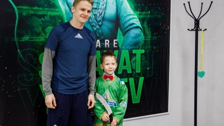 Мальчика, который плакал из-за поражения от ХК «Авангард», пустили в раздевалку «Салавата Юлаева»