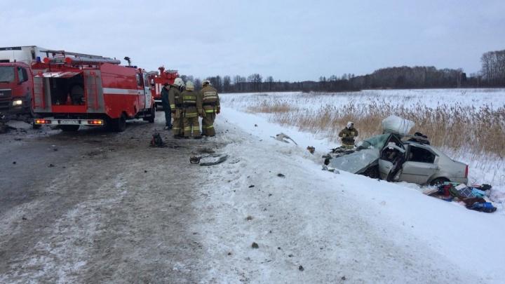 На трассе Екатеринбург — Тюмень лоб в лоб столкнулись две иномарки, погибли три человека