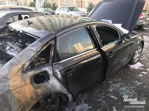 «Кинули бутылки с зажигательной смесью»: на Левенцовке сожгли две иномарки