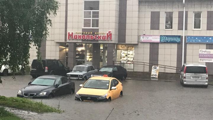 Пришлось плавать по улицам: из-за вечернего ливня в Архангельске возникли проблемы на дорогах