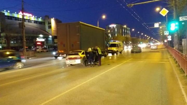 В Волгограде ВАЗ-2112 протаранил грузовик — водитель «двенадцатой» в больнице