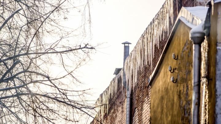 «Отнеситесь с пониманием»: в Ярославле власти отказались чистить крыши домов от сосулек и снега