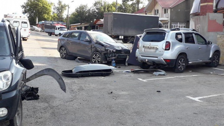 Житель Новосибирска устроил «замес» на трассе в Волгоградской области: пострадал пешеход — фото