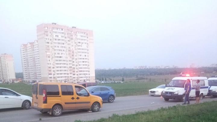 В Ростове автомобиль сбил пожилую женщину с ребенком
