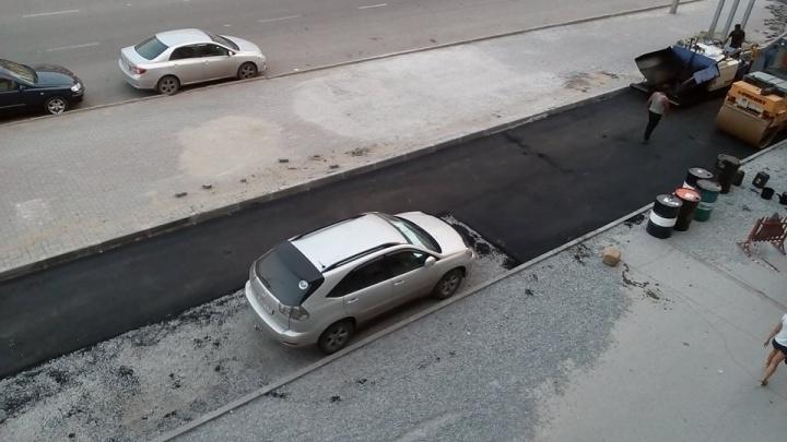 Фото: рабочие уложили асфальт вокруг припаркованных машин в центре Новосибирска