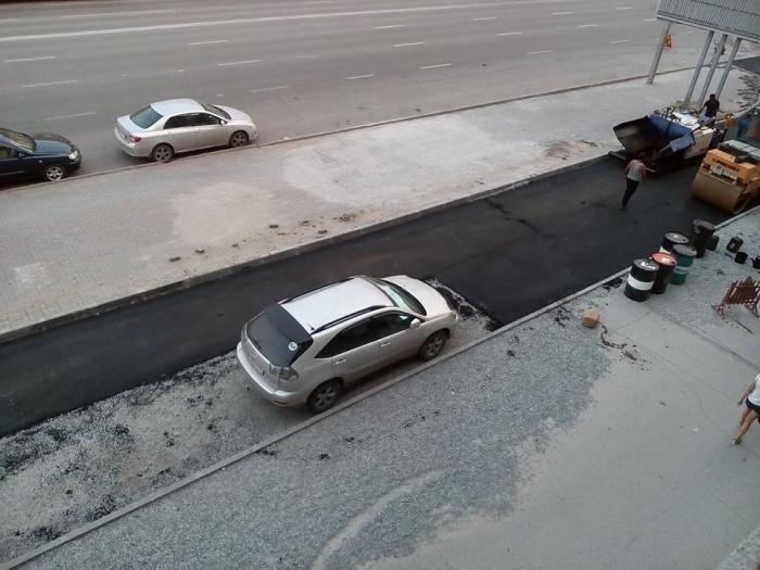 Стоящие машины помешали дорожникам уложить асфальт по всей ширине проезда