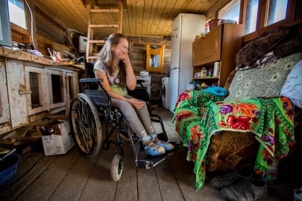С весны семья Некрасовых ютится в маленькой уцелевшей комнатке — особенно это неудобно для 12-летней Ани (на фото), которая передвигается на инвалидной коляске