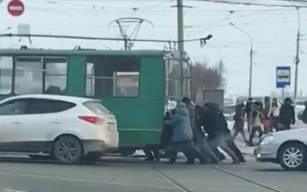 Видео: пассажирам пришлось толкать троллейбус на Восходе