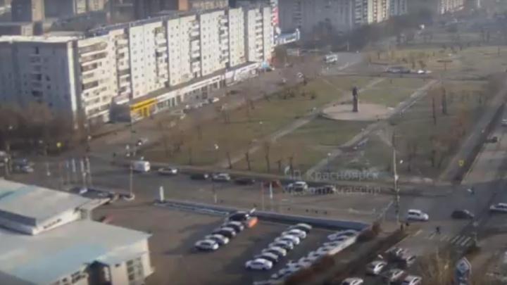 Водитель засмотрелся в телефон и въехал в толпу пешеходов на тротуаре по Красной Армии