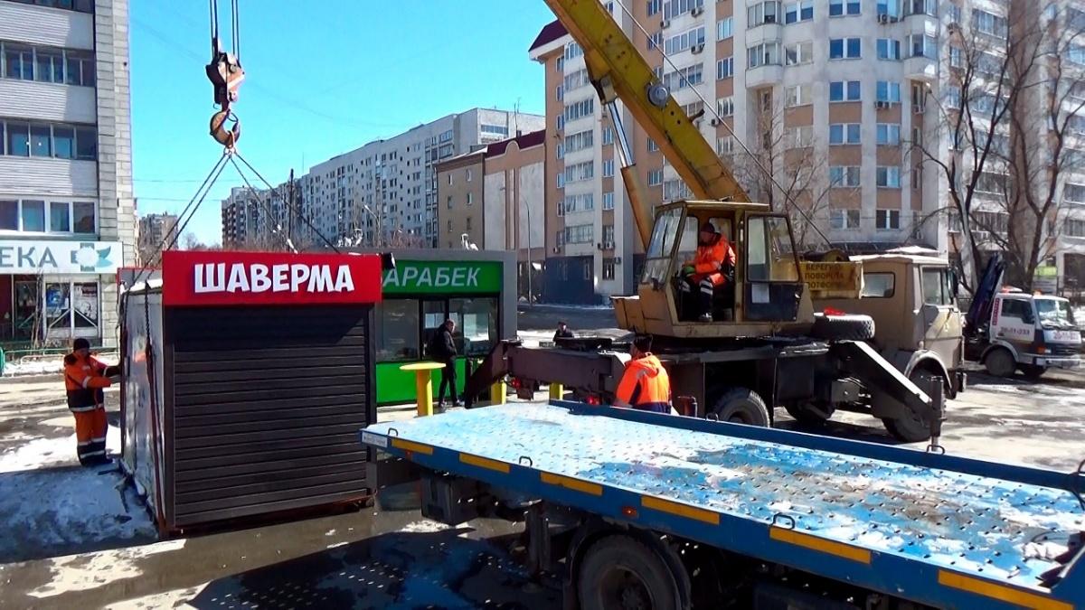 Рабочие увезли киоск с шавермой