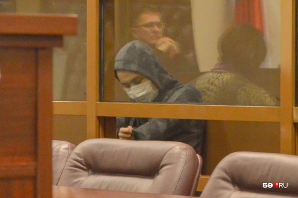 Подсудимый пришел на заседание в маске и капюшоне
