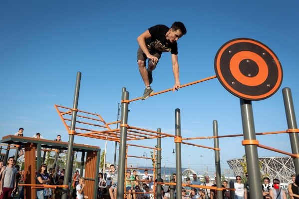 Волгоградцы поразили подтягиванием с 25-килограммовой гирей, цирковыми номерами и эффектными прыжками
