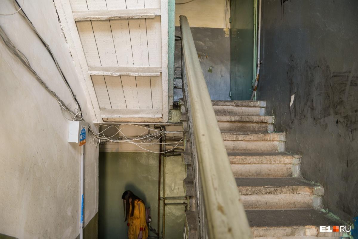 Не самая парадная лестница, к тому же частично деревянная