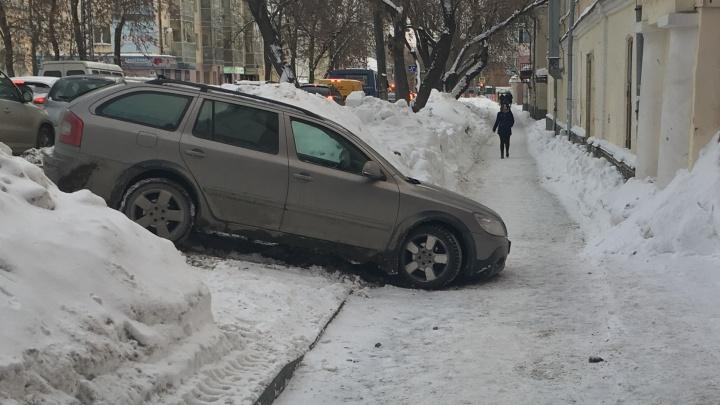 «Я паркуюсь как...»: экскаватор против пешеходов и автохамы широкой души