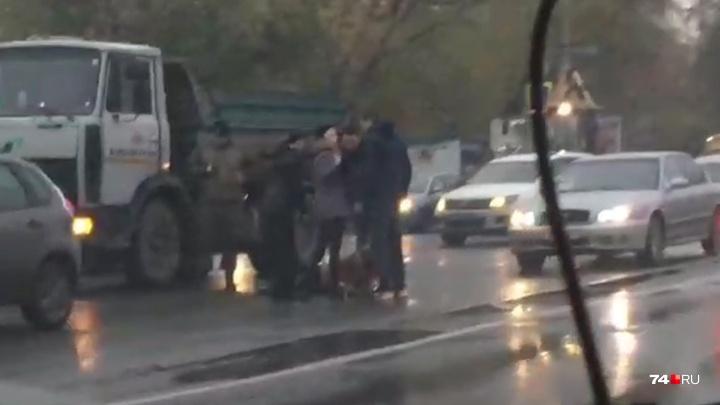 «Ждут скорую»: на Копейском шоссе челябинка попала под грузовик