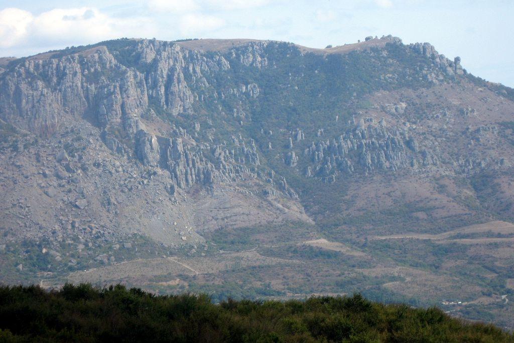 Гора Южная Демерджи — одна из самых ярких природных достопримечательностей Крыма