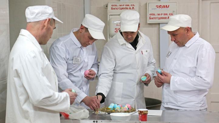Яйца-«матрешки» и икона от рецидивиста: как в колонии строгого режима в Уфе готовятся к Пасхе