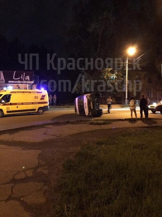 В Красноярске пьяный водитель «ВАЗа» перевернул скорую помощь на бок и убежал с места ДТП