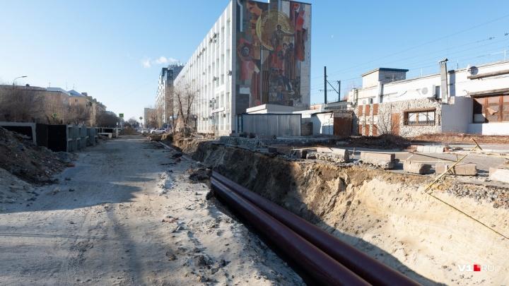 «Всё идёт по графику»: в центре Волгограда забросили выкопанные «на полтора месяца» траншеи