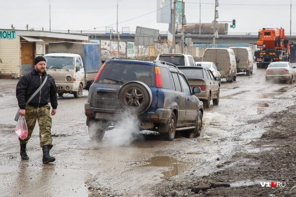 Горожане в свою очередь предложили журналисту прокатиться по второстепенным магистралям