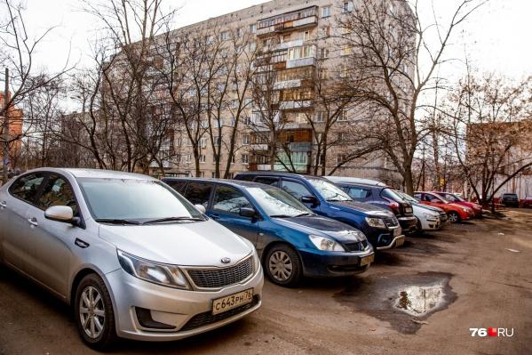 Практически все городские дворы запаркованы
