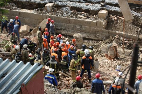 Под завалами оказалось около 12 человек, достоверно известно о двух погибших