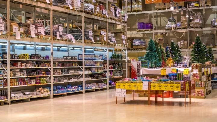 Пёс подкрался: в магазинах появились первые новогодние украшения