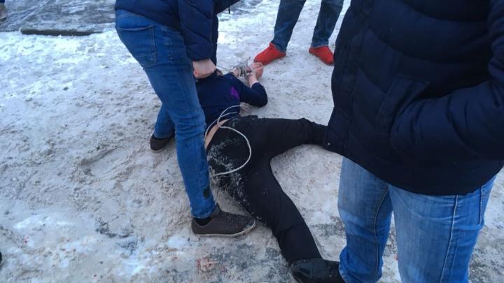 На Сортировке прохожие скрутили мужчину, который бросался на машины и пытался в них сесть