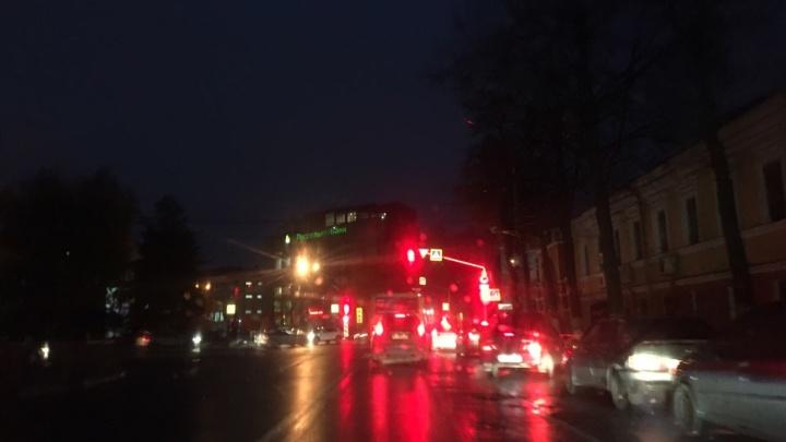 Оживленная улица в центре Ярославля погрузилась во тьму