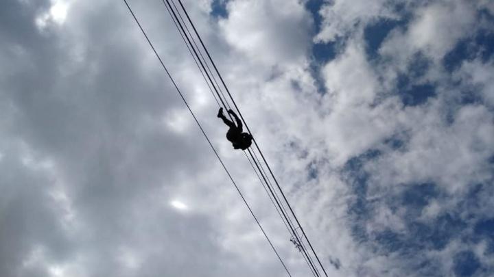 В Башкирии спасли мужчину, который запутался в тросе на высоте 30 метров