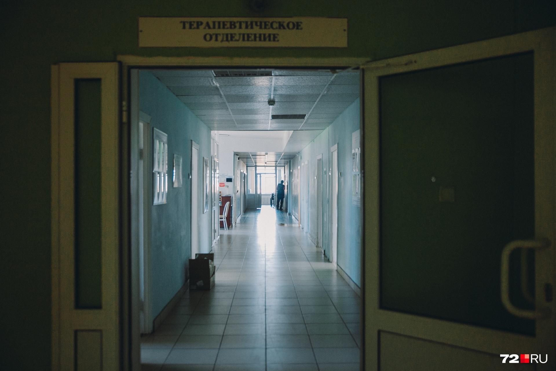 Светлые коридоры терапевтического отделения. Вопреки расхожим мнениям, палаты с облупившейся штукатуркой мы не обнаружили. Обстановка скромная, но всё аккуратно