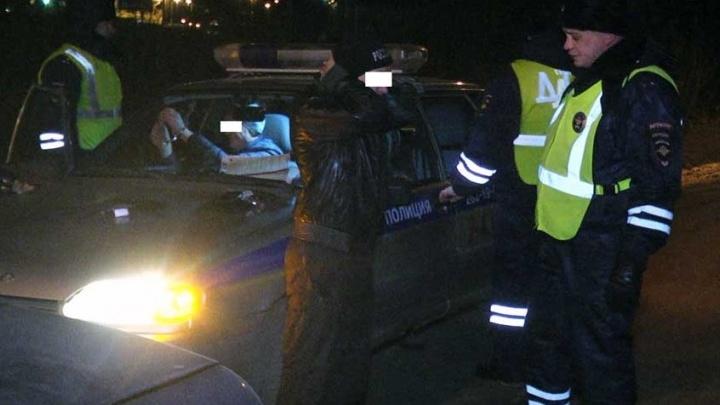 Камеры сняли, как во время рейда инспекторы ГИБДД нашли в машине екатеринбуржцев наркотики