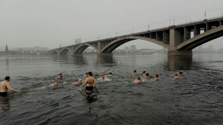 «Теперь я могу считаться русским моржом?»: иностранцы искупались в ледяном Енисее