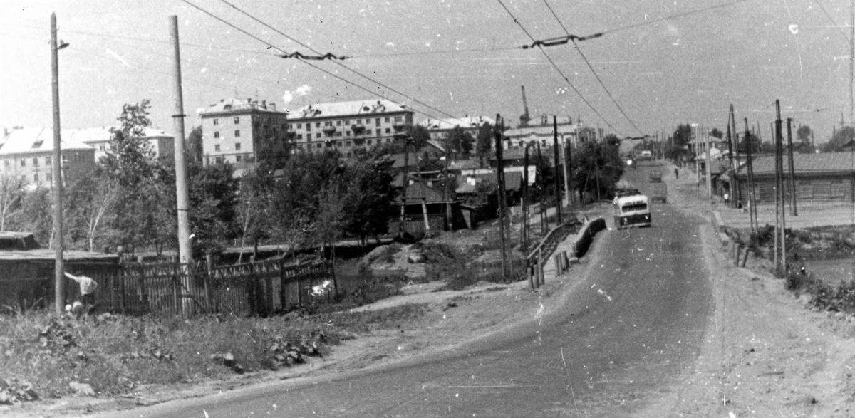 Троллейбус едет по мосту через речку Патрушиху