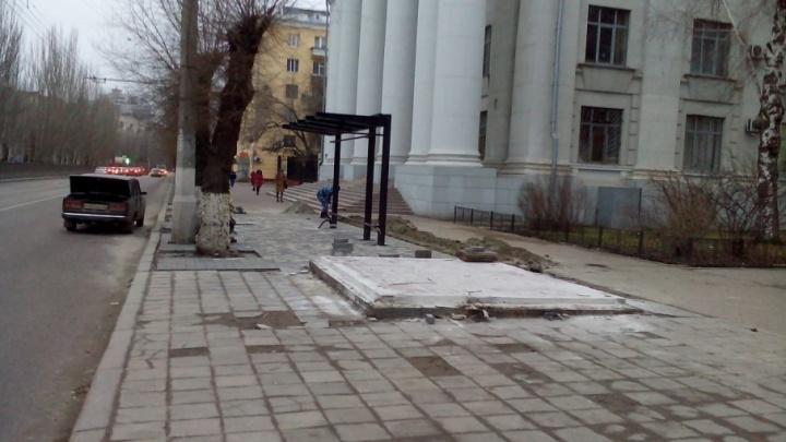 «Можно упасть и разбить голову»: в центре Волгограда забыли про разбитый остов снесенной остановки