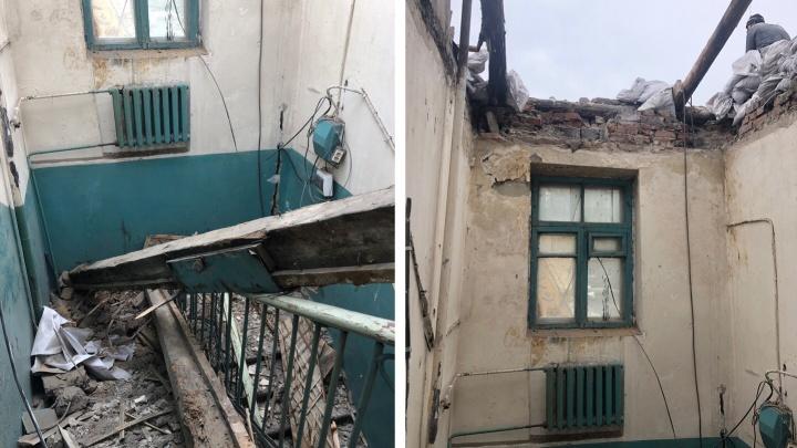 «Как жильцы не боятся, что детей убьёт?»: в подъезде дома у горбольницы обрушился потолок