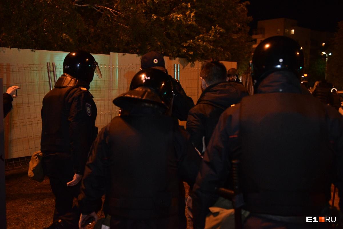 Во время пятой акции в защиту сквера у Драмы полицейские задержали двух парней
