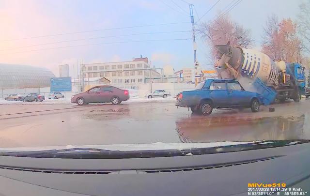 Видео: в Башкирии КАМАЗ смял легковушку