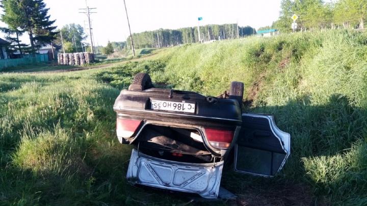 Машина с 17-летней девушкой за рулём перевернулась в кювете