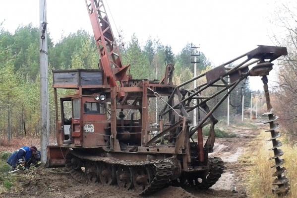 Трактор с буровой установкой горел на окраине Урдомы