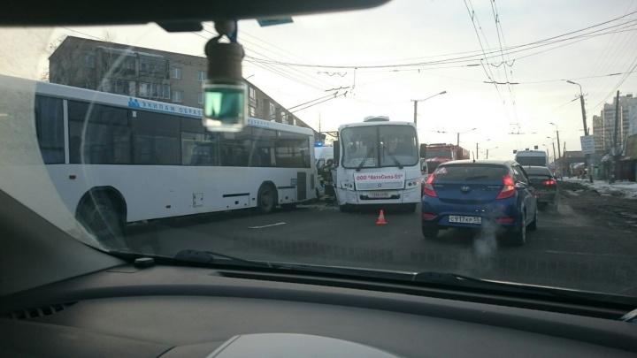 При столкновении двух автобусов в Омске пострадали пассажиры
