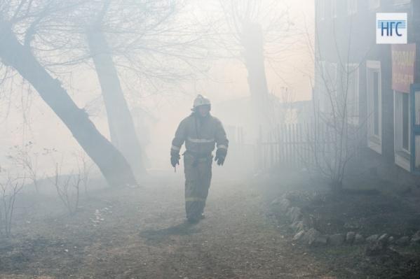 Однако несостоявшиеся жертвы проснулись, обнаружив огонь. Мужчины выбили входную дверь и выбежали наружу